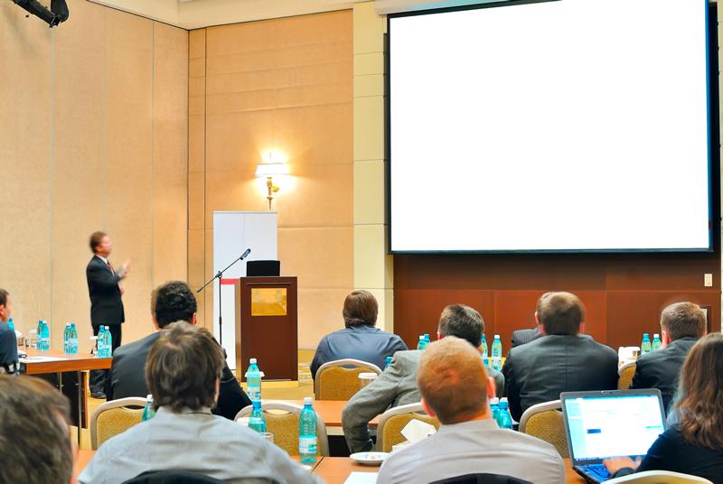 Sistemas de proyección profesional para salas corporativas y aulas de formación